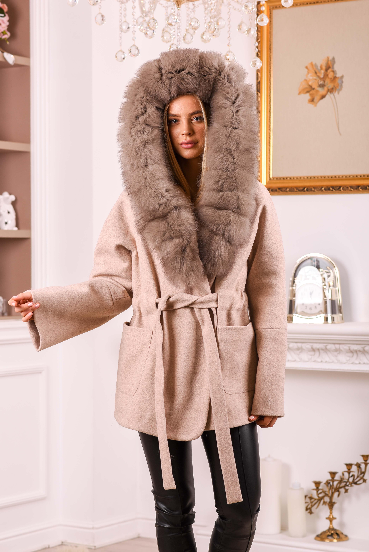 Пальто пончо с меховым капюшоном